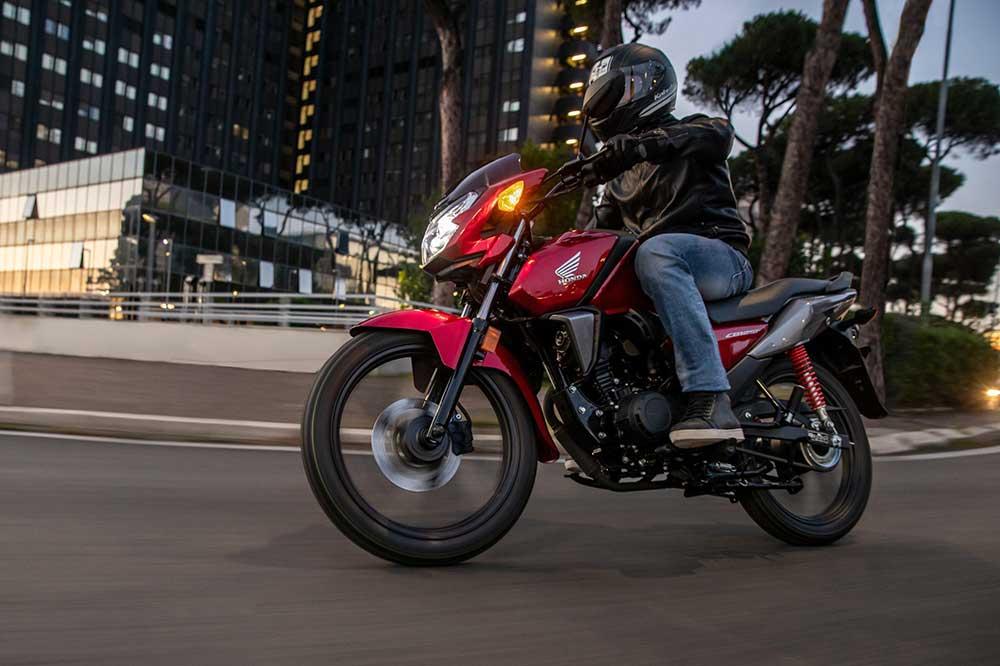 La Honda CB 125F sigue siendo una increíble arma para el tráfico urbano con un consumo por debajo de los dos litros a los 100