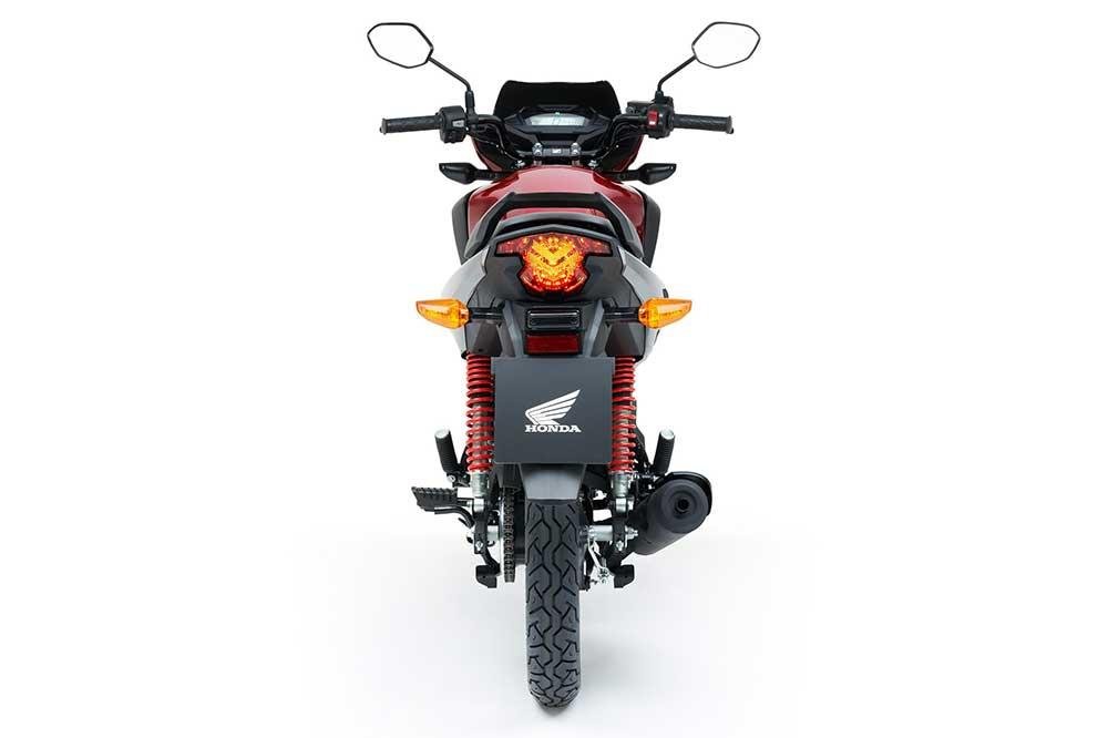 Las suspensiones de la Honda CB 125F siguen siendo convencionales y eficaces, con doble amortiguador detrás
