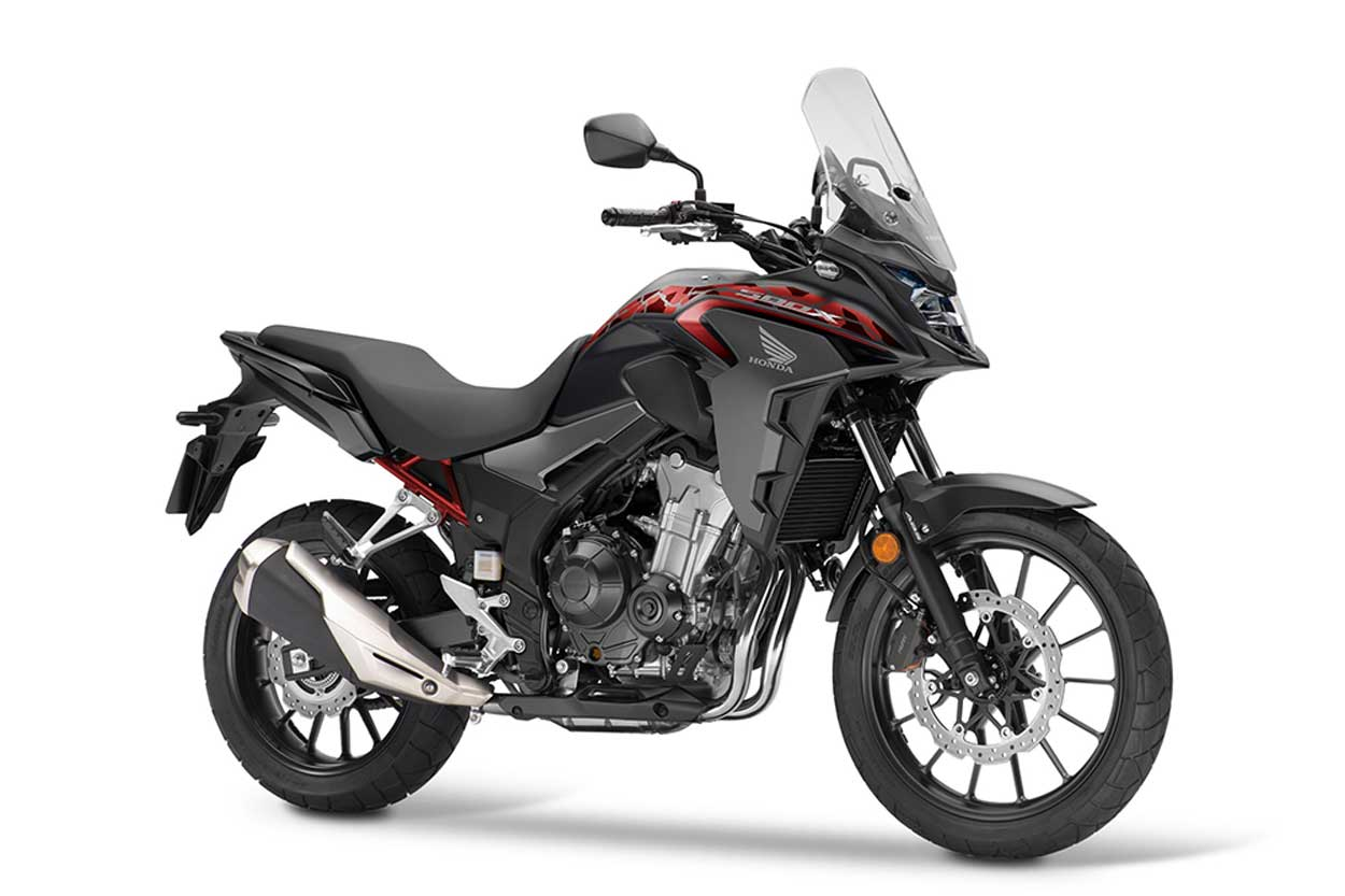 La Honda CB 500X la tienes en 2021 en tres colores: Grand Prix Red, Matt Gunpowder Black Metallic y Pearl Metalloid White