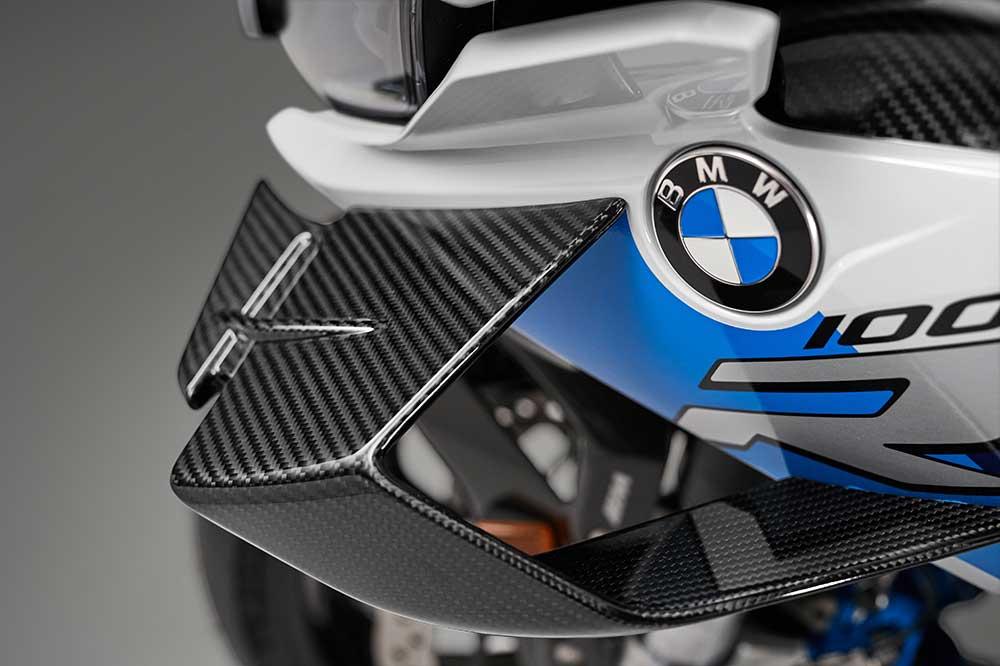 La BMW M 1000 RR también estrena alerones en su carenado