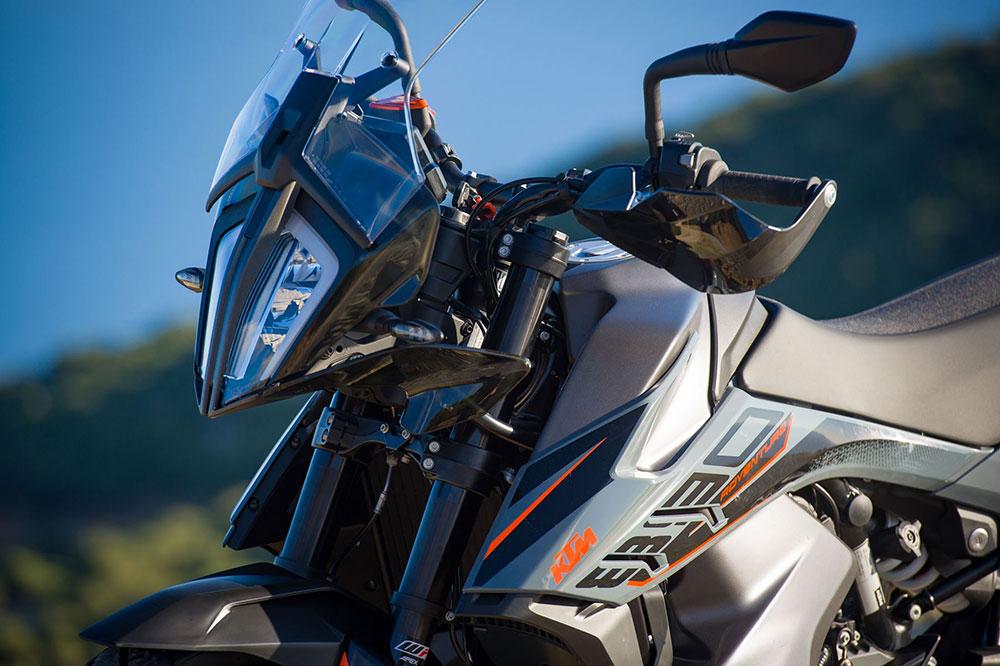 Entre las mejoras que encontrarás en la KTM 890 Adventure destaca el ABS en curva, control de tracción mejorado y selección de la intervención del freno motor, entre otras cosas