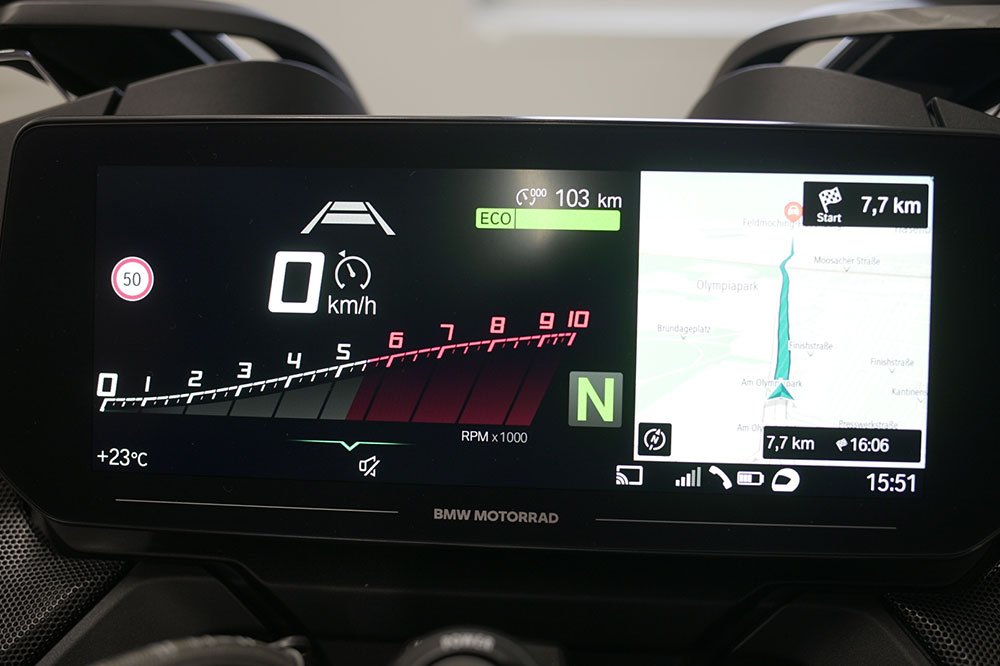 El cuadro de instrumentos de la BMW R 1250 RT es una enorme pantalla que nos permitirá tener abierto el panel de navegación junto con el resto de los datos de la moto
