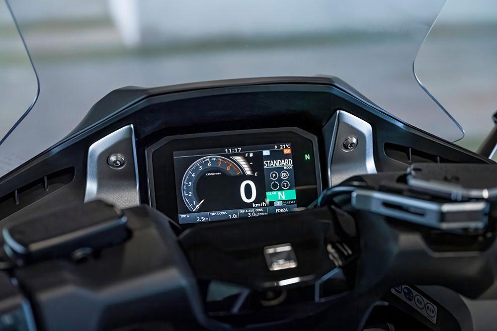 El cuadro de instrumentos del Honda Forza 750 se conecta a nuestro dispositivo movil y es capaz de recibir instrucciones de voz