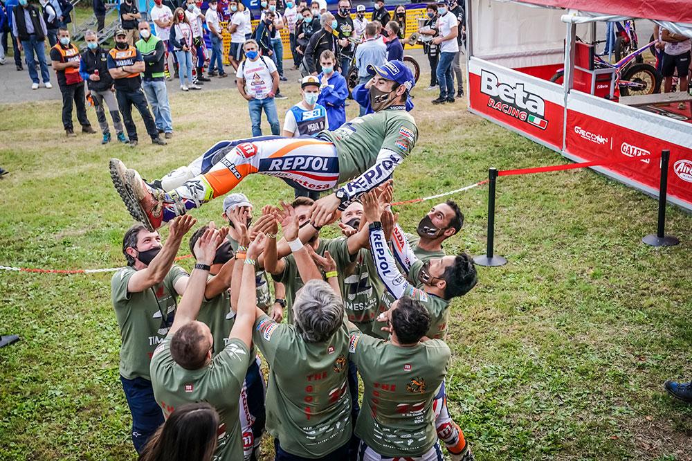 El equipo Montesa celebra con Toni Bou un nuevo título mundial