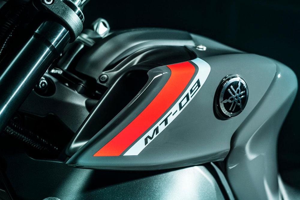La Yamaha MT 09 2021 es más estrecha y manejable. El chasis ha sido rediseñado en relación con el de la versión anterior.