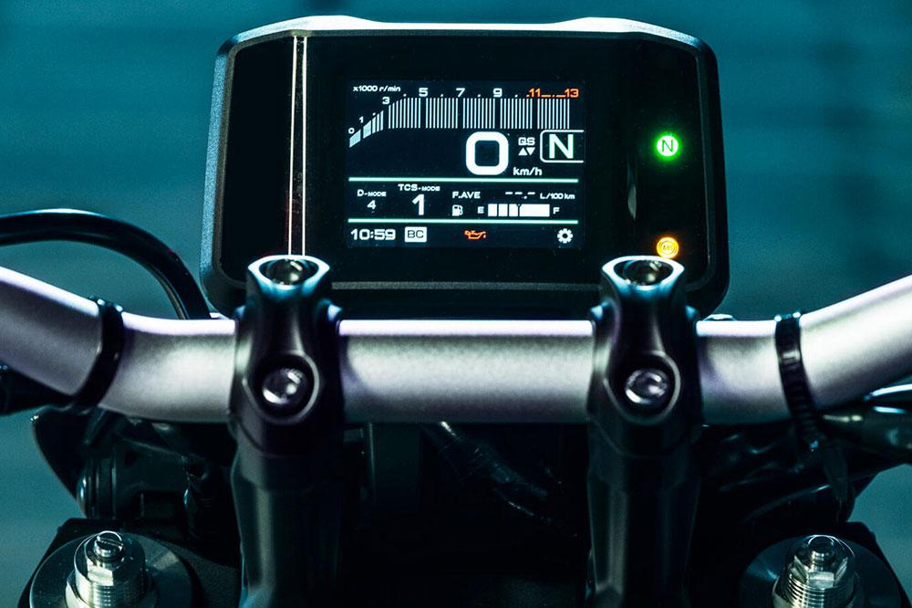 El cuadro de instrumentos de la Yamaha MT 09 permite controlar algunos accesorios, por ejemplo los puños calefactables que son una opción