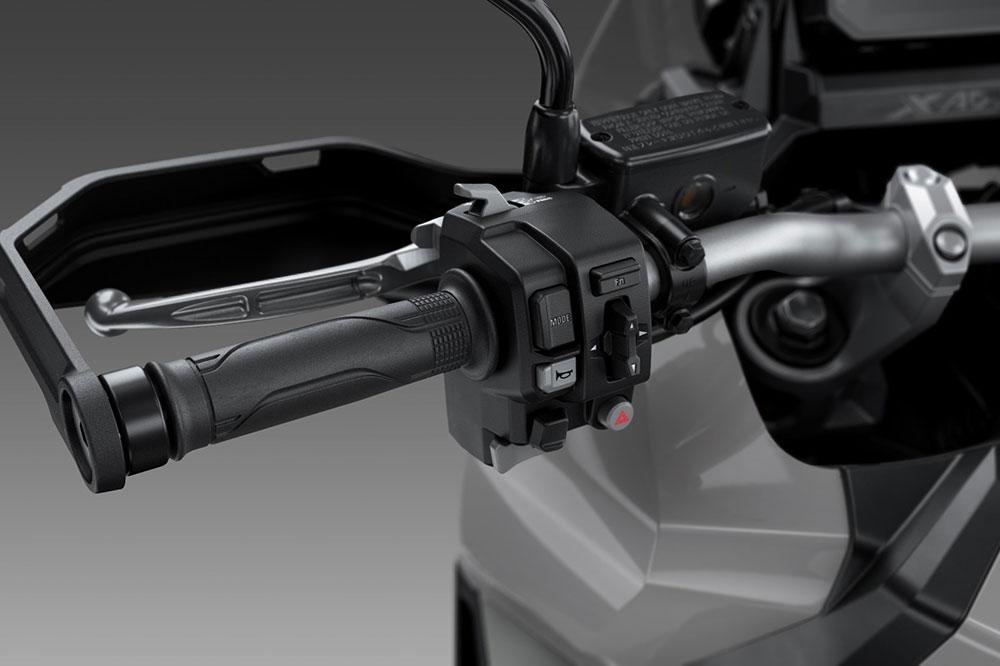 Detalle de los cubremanos del Honda X ADV 2021
