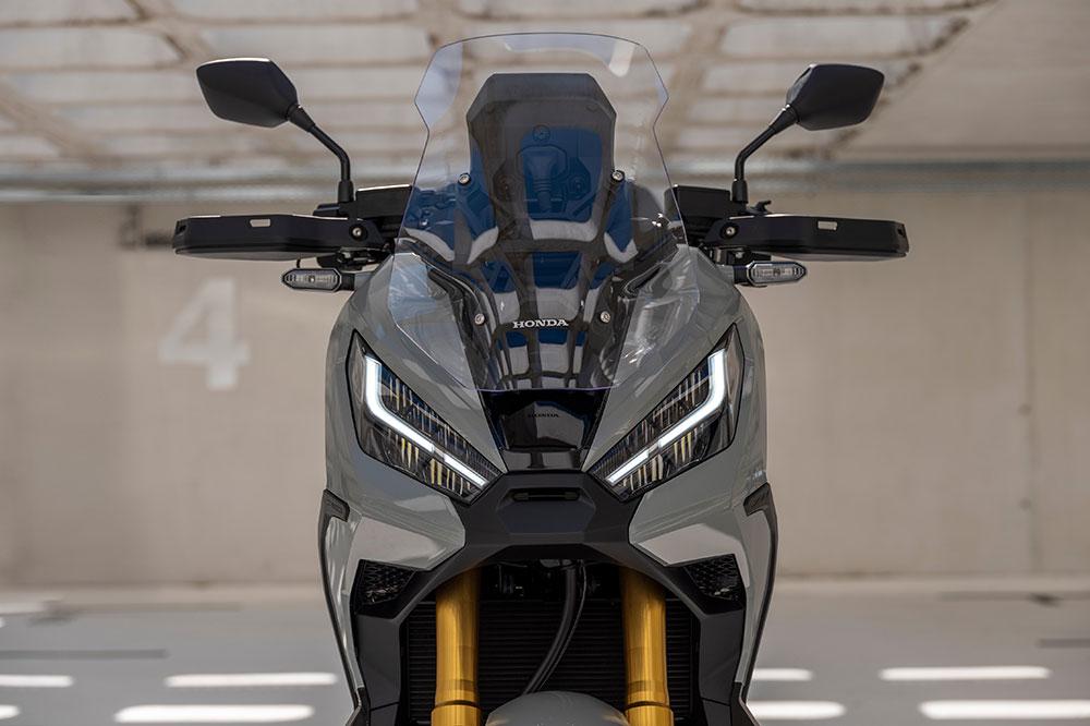 El doble faro delantero tipo LED logra un aspecto más agresivo en el Honda X ADV