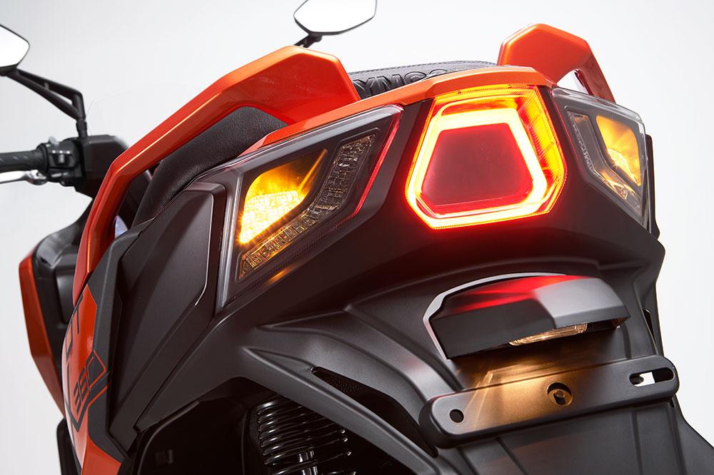 El sistema de iluminación del KYMCO DT X360 es completamente de LED