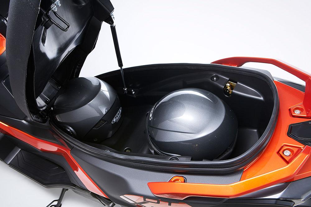 El hueco para el casco del KYMCO DT X360 nos permitirá llevar dos cascos en su interior