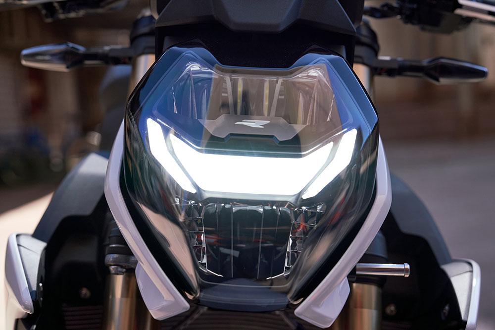 Los faros de la BMW S 1000 R es completamente de LED, como extra tienes luces adaptativas