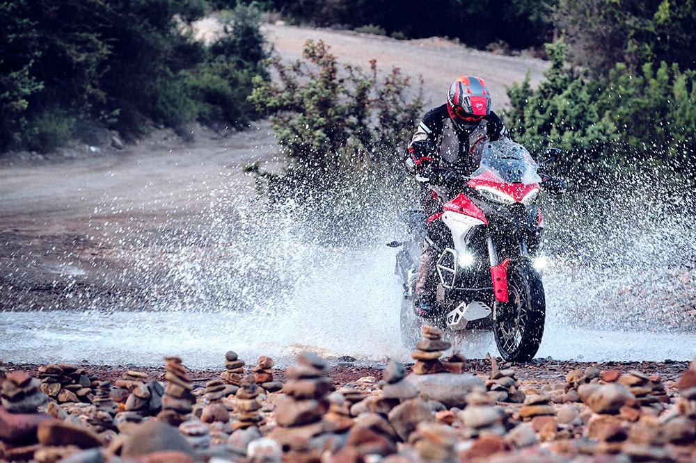 La Ducati Multistrada V4 tiene chasis monocasco de aluminio y basculante de doble brazo, más lógico para una moto de turismo que el monobrazo de la 1260