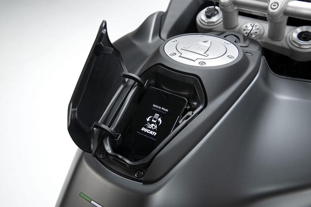 En la parte del depósto del combustible tenemos un práctico hueco para llevar a mano pequeños objetos, por ejemplo el mando del garaje