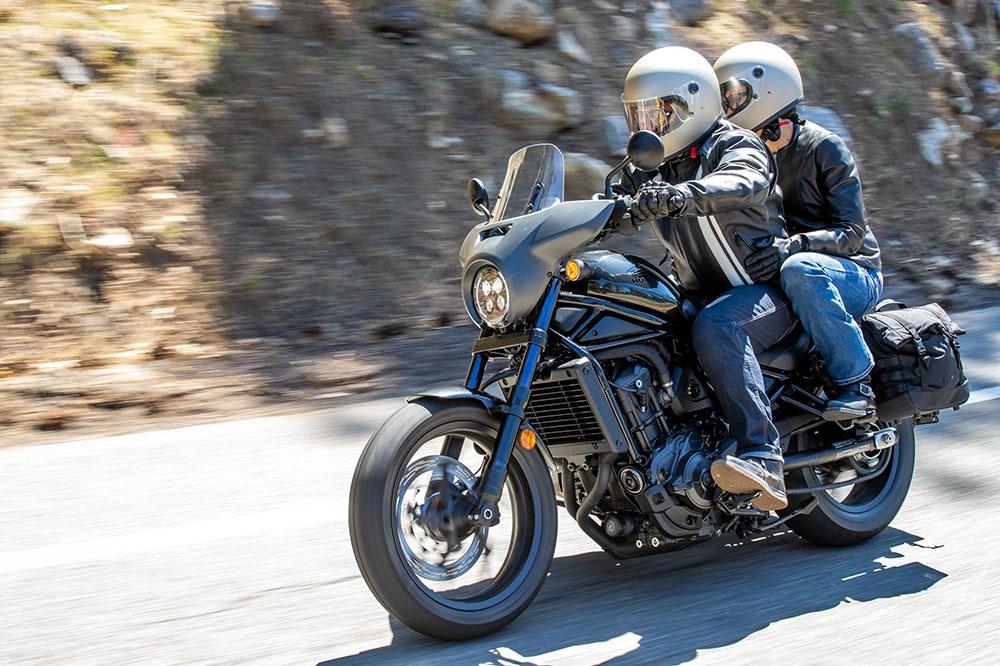Con un poco de equipamiento, la Honda CMX 1100 Rebel se puede adaptar a hacer nuestras rutas en moto sólo o acompañado-