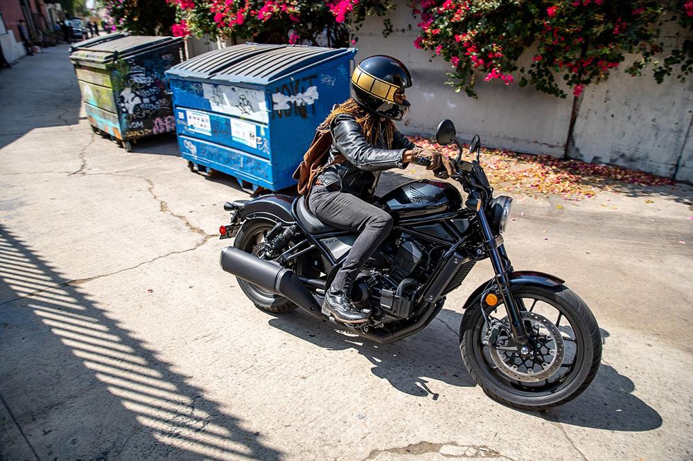 El motor de la Honda Africa Twin ha permitid hacer una moto estrecha y con un buen centrado de masas
