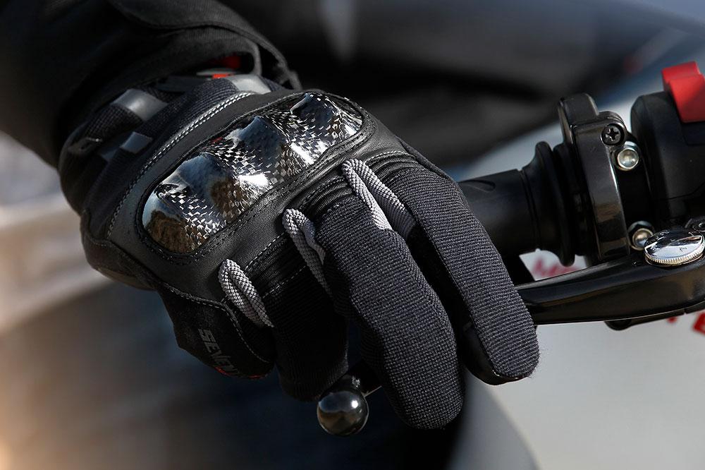 Los guantes para moto podrían ser obligatorios en 2021