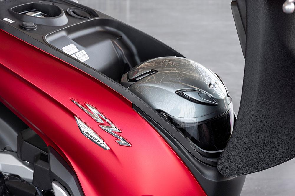 Debajo del asiento del Honda SH 350i encontrarás espacio para un casco integral