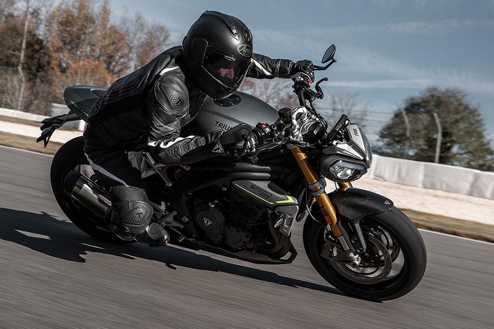 La electrónica de la Triumph Speed Triple RS está gobernada por una unidad de medición inercial que permite una completa configuración de la moto