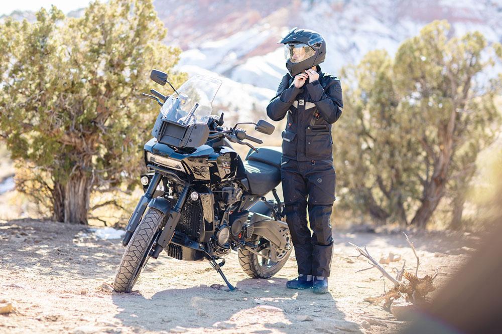 Harley Davidson ha diseñado junto con Rev'IT un completo equipamiento trail para el piloto