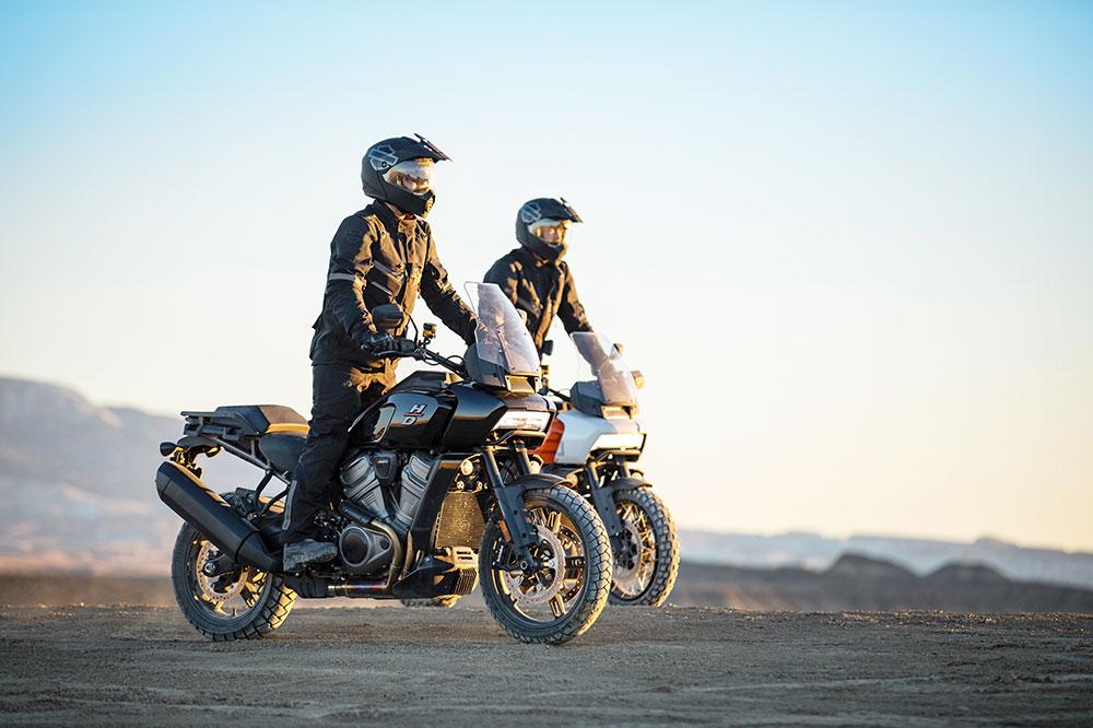 Harley ha desarrollado un revolucionario sistema de suspensión trasera que baja la altura de la moto cuando nos detenemos