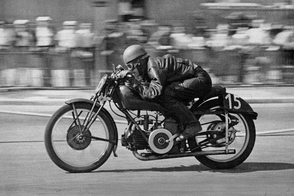 Gianni Leoni con Moto Guzzi en 1950