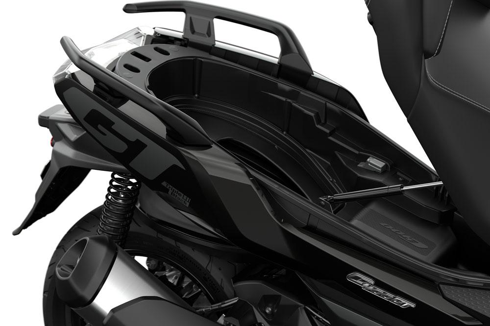 El hueco del casco incrementa su tamaño con la moto estacionada