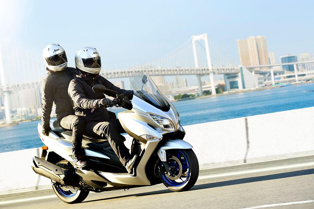 Suzuki popularizó la categoría de los maxi scooter con el Burgman 400. Hoy lo situaríamos entre los Scooter GT