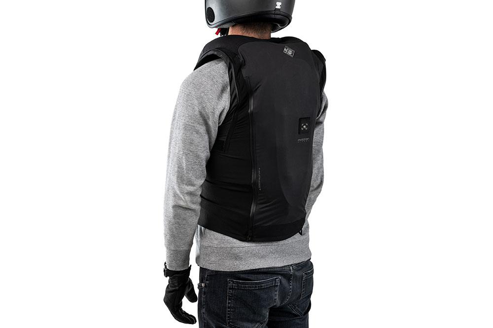 El chaleco con airbag usado como prensa externa se puede usar con una mochila