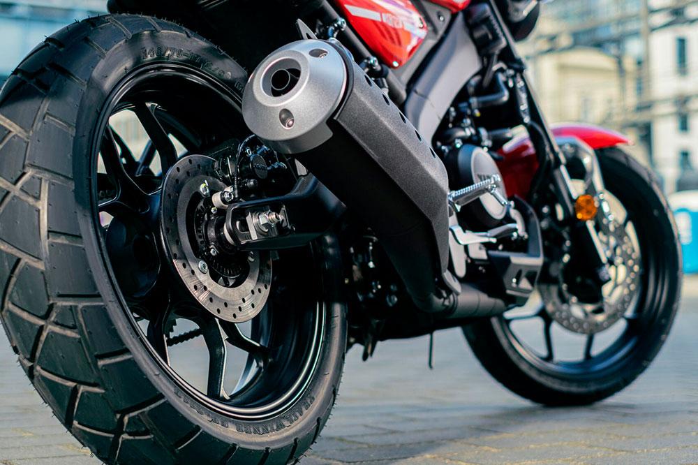Escape y detalle de la parte trasera de la Yamaha XSR 125