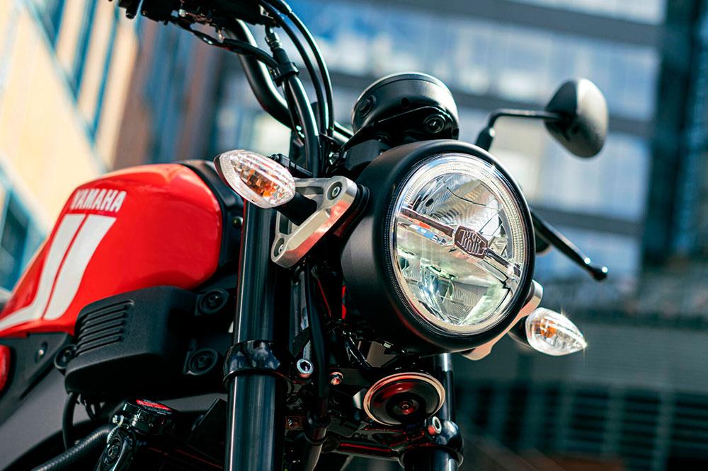 La iluminación de la Yamaha XSR 125 es completamente de LED