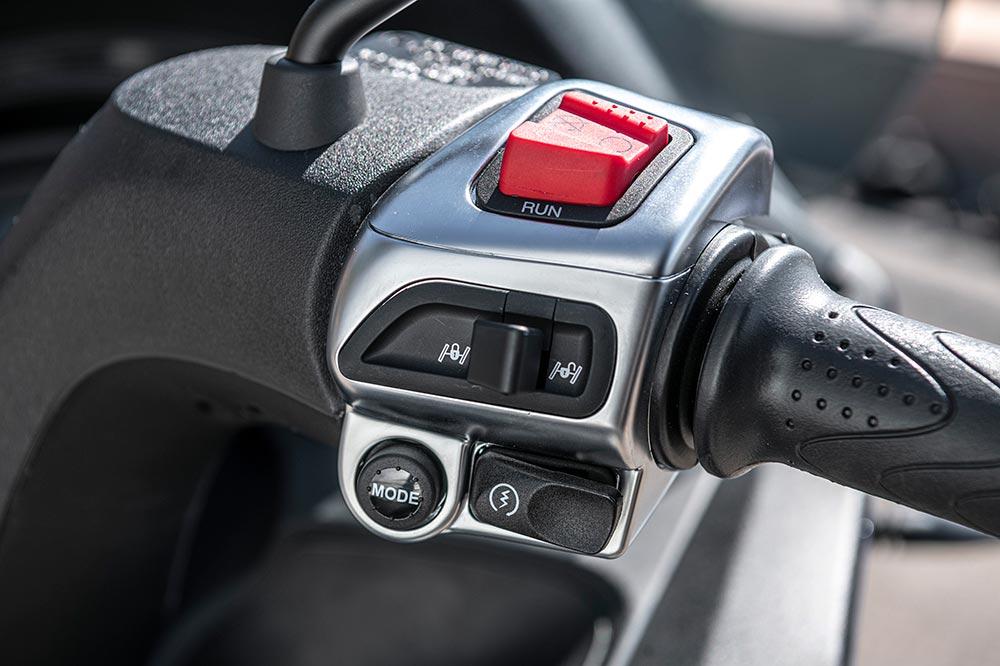 Este pulsador nos permitirá bloquear la suspensión delantera del Piaggio MP3
