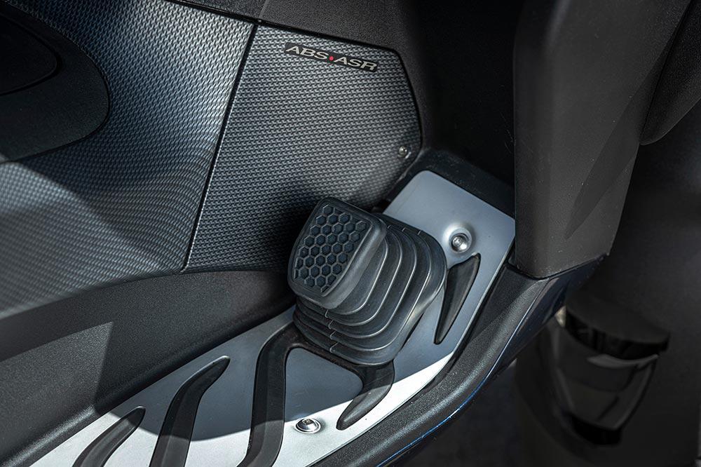 Para ser homologados como triciclos los scooter de tres ruedas deben llevar un pedal de freno en el pie
