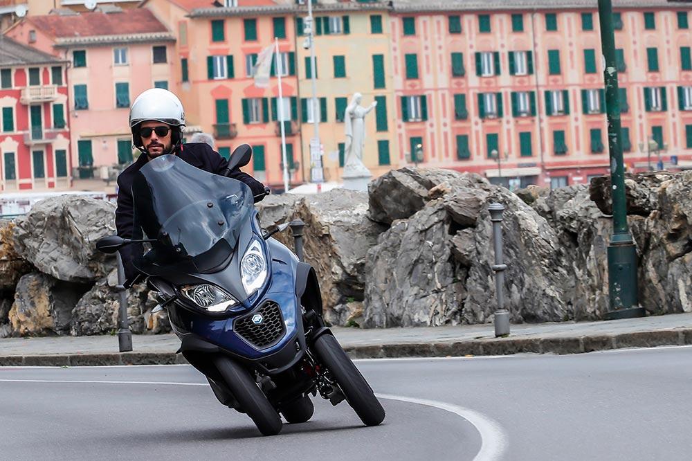 La estabilidad de las tres ruedas, junto con el ABS de última generación y control de tracción son los grandes argumentos de seguridad de los scooter de tres ruedas