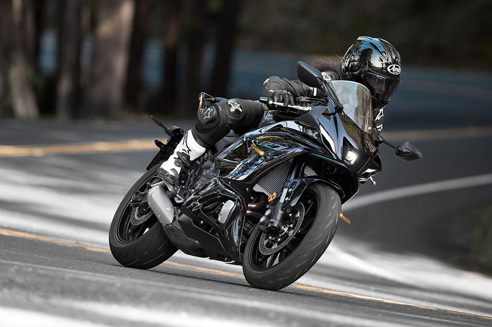 La Yamaha R7 no es una deportiva extrema; más bien es una moto para uso diario