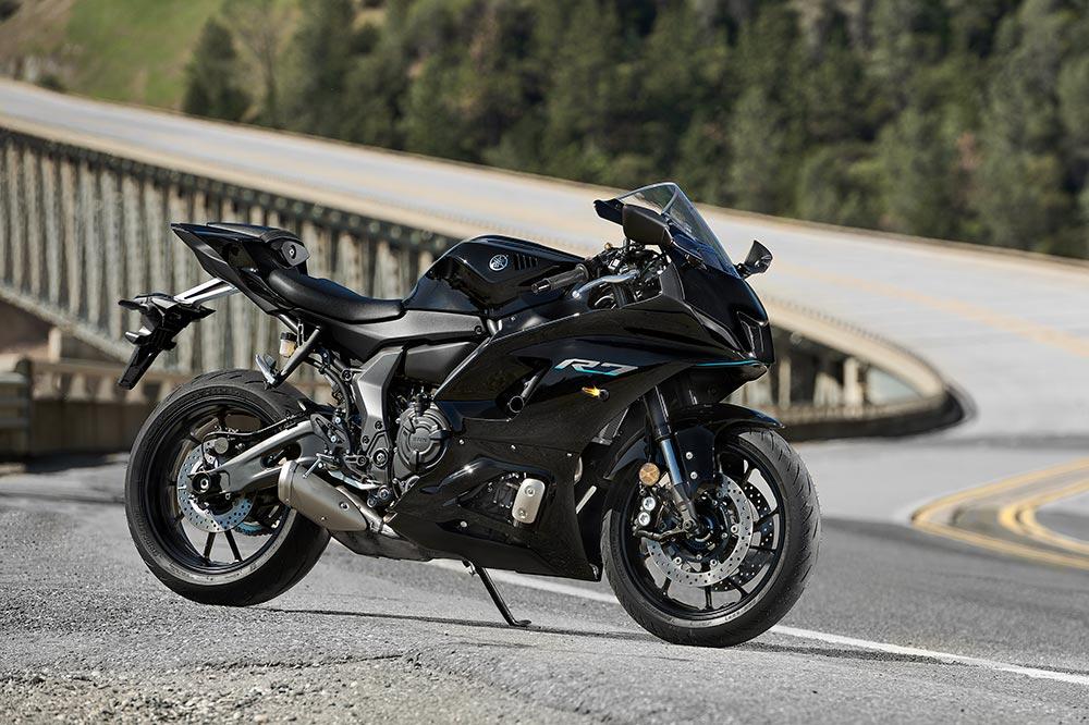 En la Yamaha R7 tendrás una posición de conducción deportiva y poco espacio para el acompañante