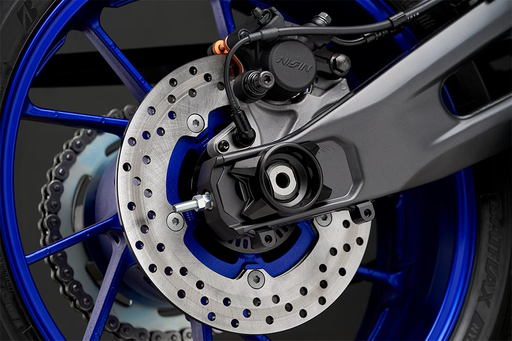 El conjunto de frenos de la Yamaha R7 es acorde con sus dotes deportivas
