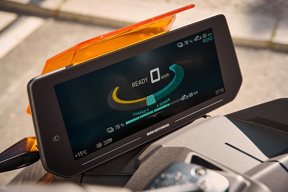 El cuadro de instrumentos es una de las pantallas TFT más grandes del sector de la moto