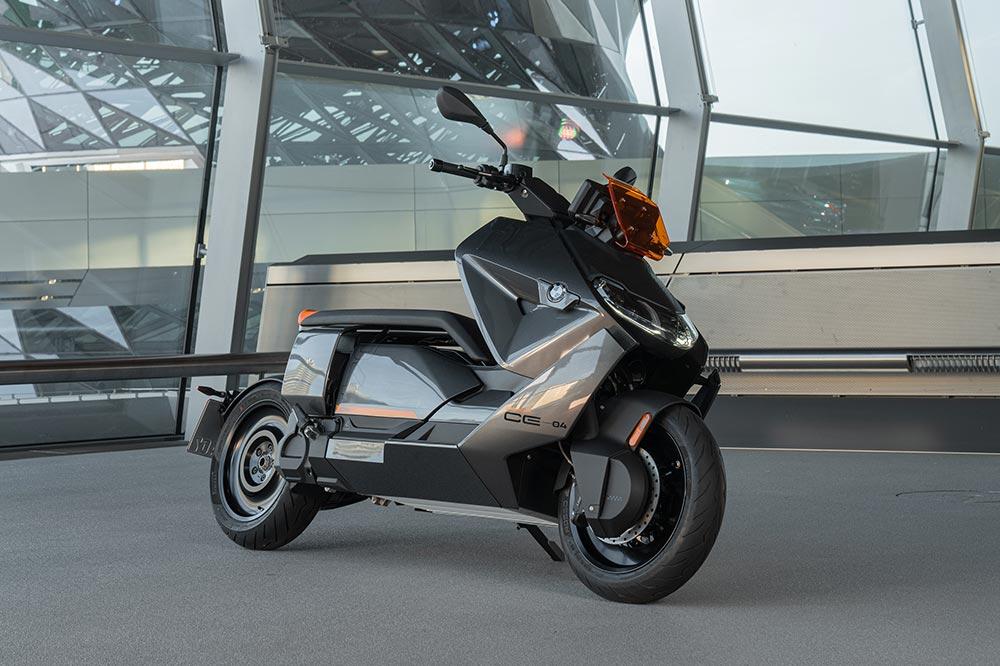 Puedes recargar el BMW CE 04 en una toma doméstica o en un cargador rápido