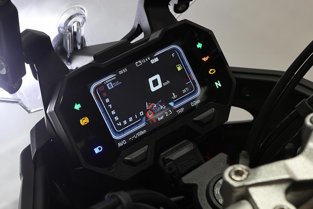 El cuadro de instrumentos de la Voge 500 DSX es completamente digital