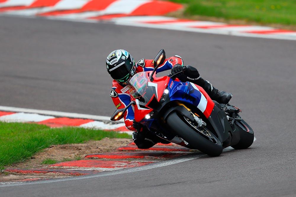 La moto de calle obtuvo un tiempo suficiente como para salir a una carrera del British Superbike