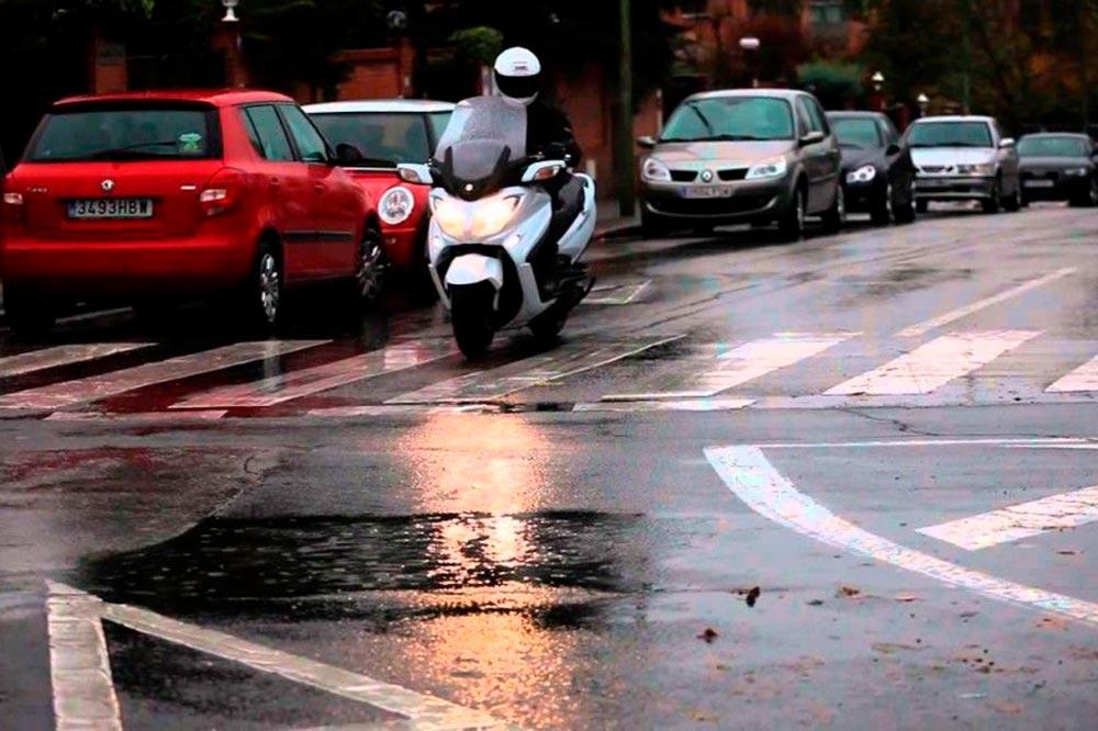 El estado de la vía o de la señalización los días de lluvia son clave para la seguridad de las motos