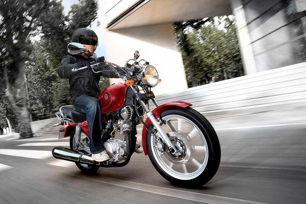 En moto piensa siempre que en muchos casos el resto de los vehículos no te ven.