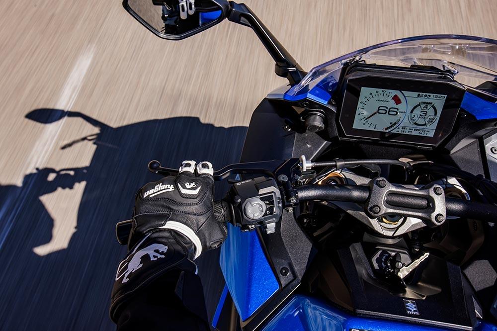 El cuadro de instrumentos de la GSX S 1000 GT es una pantalla multifunción que nos puede valer como navegador