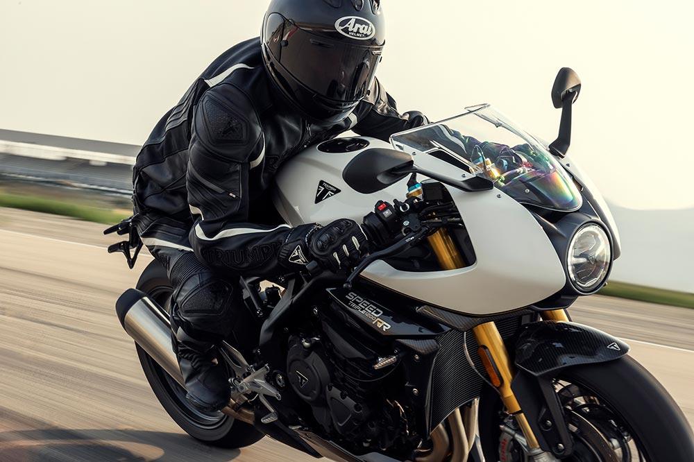 La Triumph Speed Triple RR cuenta con elementos de fibra de carbono
