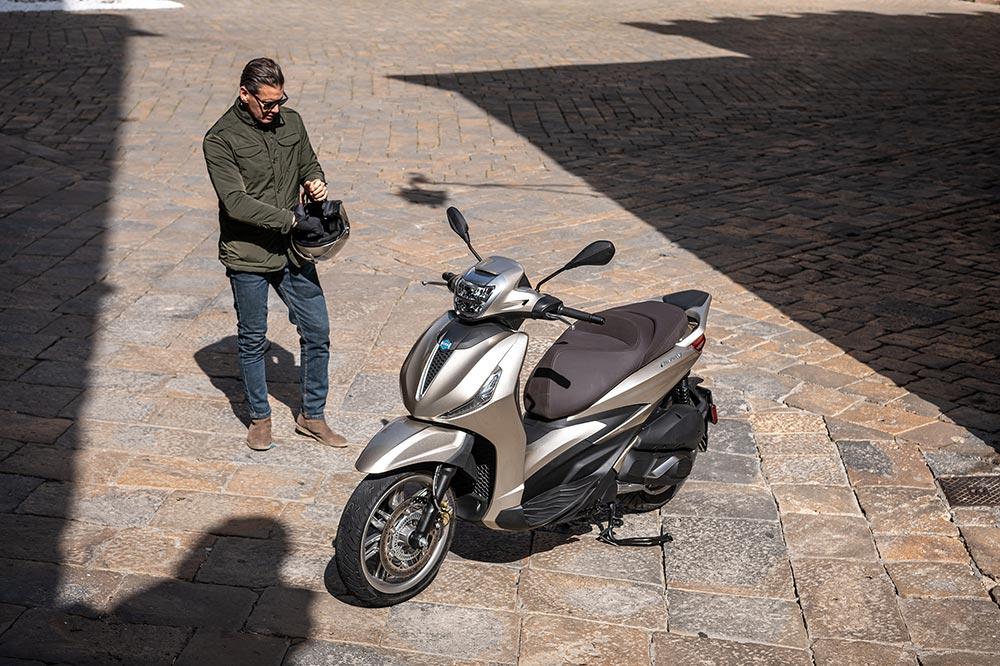Madrid ha introducido algunas modificaciones en la normativa que regula el aparcamiento de motos, se sigue permitiendo que se haga en las aceras