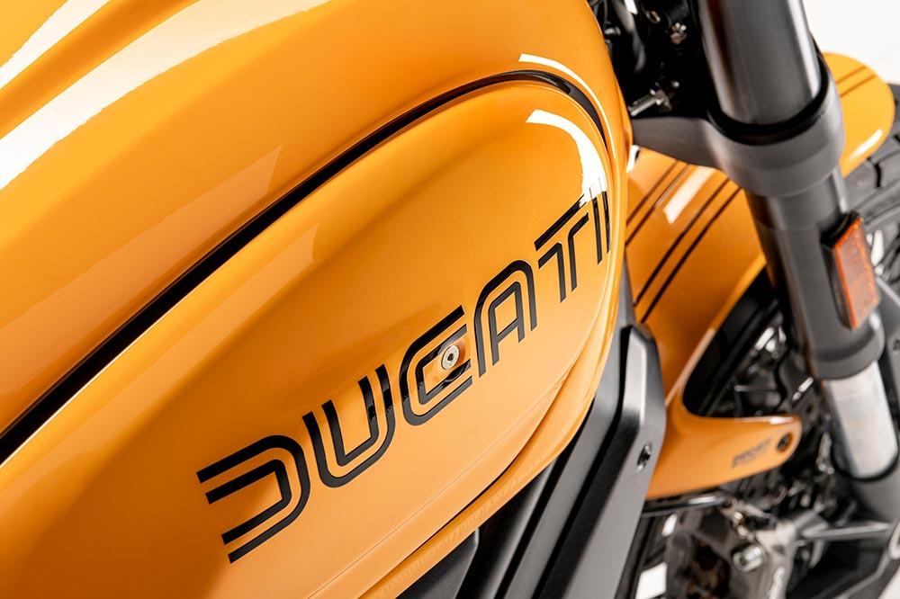 La Ducati Scrambler Tribute tiene la decoración Giallo Ocra que en su momento fue creada por Giugiaro.