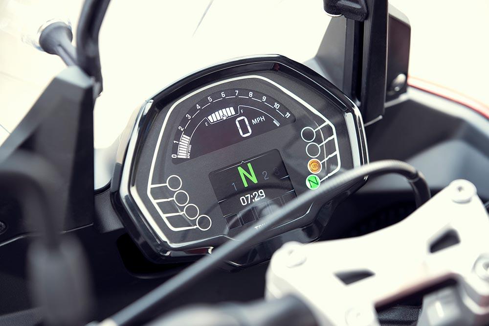 El cuadro de instrumentos digital es mucho más simple que el de las Tiger 900
